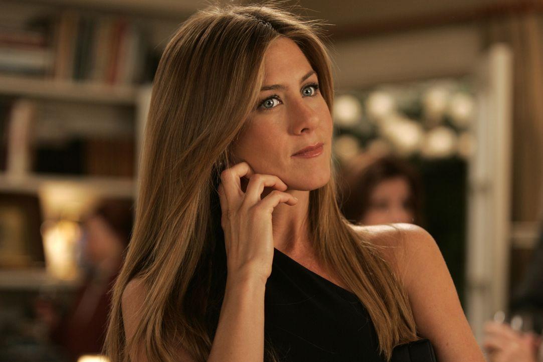 """Wo die Liebe hinfällt: Sarah Huttinger (Jennifer Aniston) findet heraus, dass ihre eigene Familie einst die Inspiration für den Filmklassiker """"Die R... - Bildquelle: Warner Bros. Pictures"""