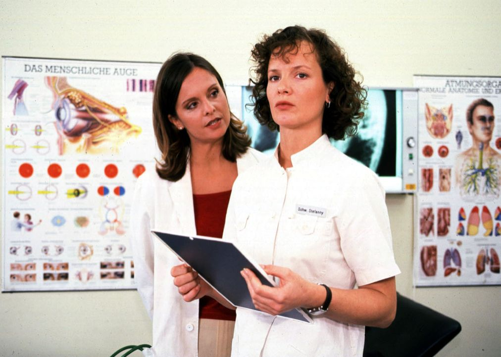 Schwester Stefanny (Julia Hentschel, r.) kann nicht glauben, was Dr. Marian (Silvia Vas, l.) über Dr. Berger behauptet ... - Bildquelle: Noreen Flynn Sat.1