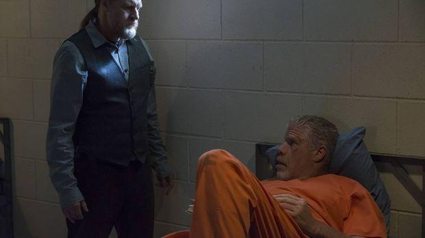 Wird Clay (Ron Perlman, r.) zum Verräter, in dem er sich im Knast auf eine ge...