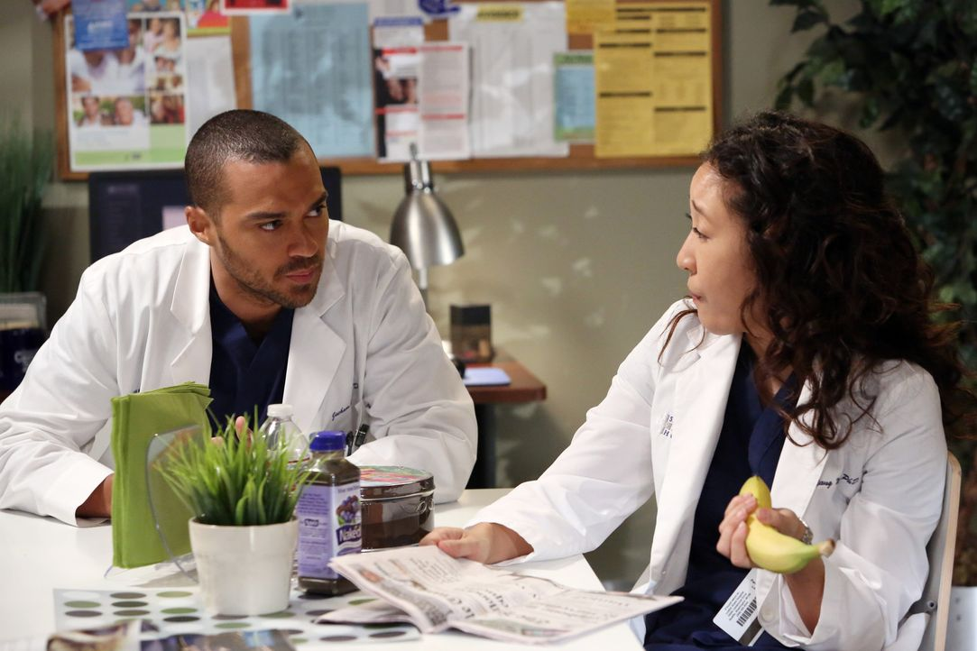 Alex und Cristina (Sandra Oh, r.) unterhalten sich über die morgendliche Verwechslung, denn Owen hat morgens versehentlich Jo für Cristina gehalte... - Bildquelle: ABC Studios