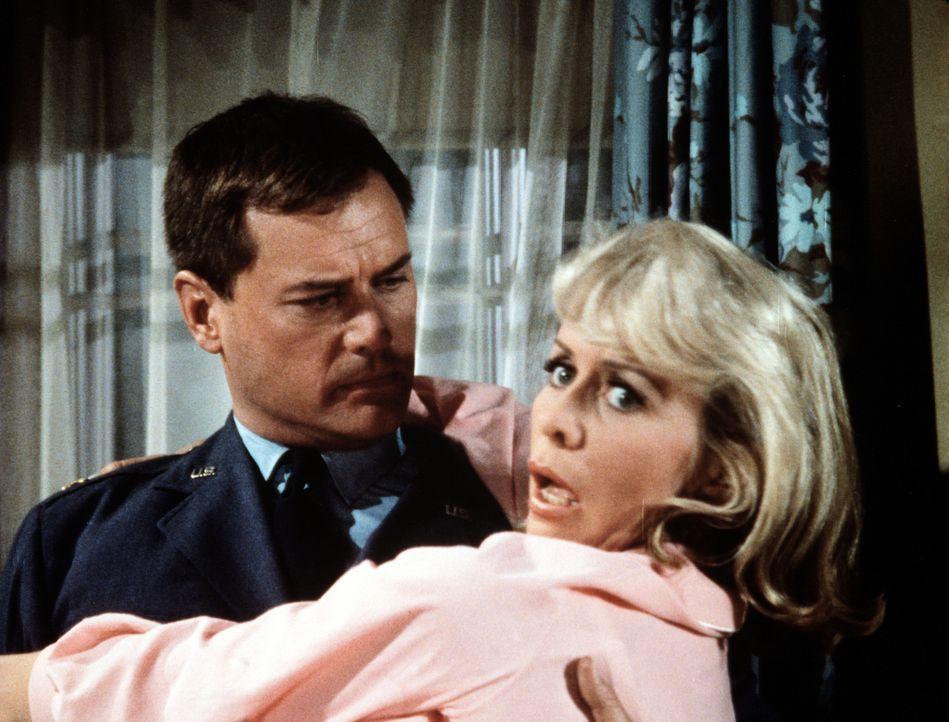 Versehentlich hat Tony (Larry Hagman, l.) nicht seine Jeannie, sondern Amanda (Emmaline Henry, r.) bei seiner Rettungsaktion geschnappt. - Bildquelle: Columbia Pictures