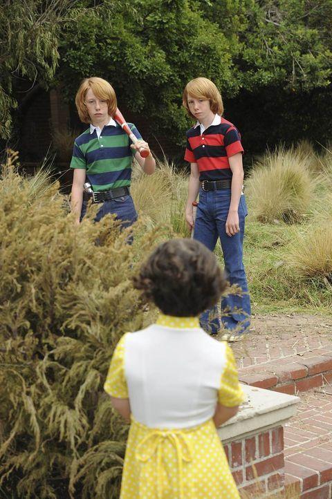 Los Angeles 1978: Die kleine Adelaide (Katelyn Reed, M.) warnt die Zwillingsbrüder Troy (Bodhi Schulz, l.) und Bryan (Kai Schultz, r.) davor, dass s... - Bildquelle: 2011 Twentieth Century Fox Film Corporation. All rights reserved.