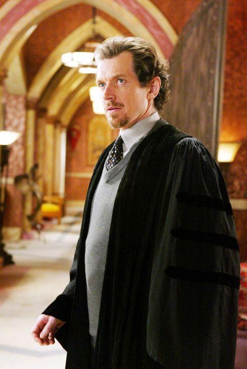 Leo macht sich auf den Weg zur Zauberschule und trifft auf seinen alten Mentor Gideon (Gildart Jackson), der die Schule ins Leben gerufen hat ... - Bildquelle: Paramount Pictures.
