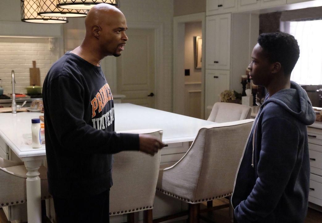 Trish und Roger (Damon Wayans, l.) haben einen Streit mit RJ (Dante Brown, r.) bezüglich seiner geplanten Zukunft. Während ein Börsenmakler in einem... - Bildquelle: 2016 Warner Brothers