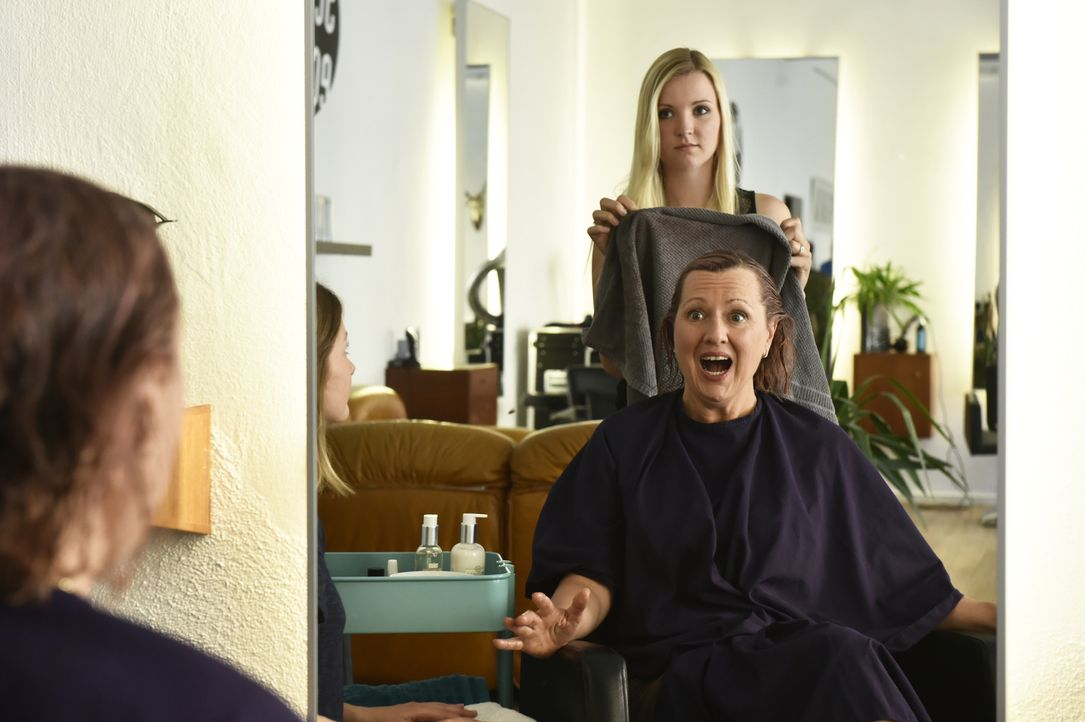 Felicitas (Claudia Lietz, vorne) kann nicht glauben, was der Friseur mit ihren Haaren gemacht hat ... - Bildquelle: Claudius Pflug SAT.1