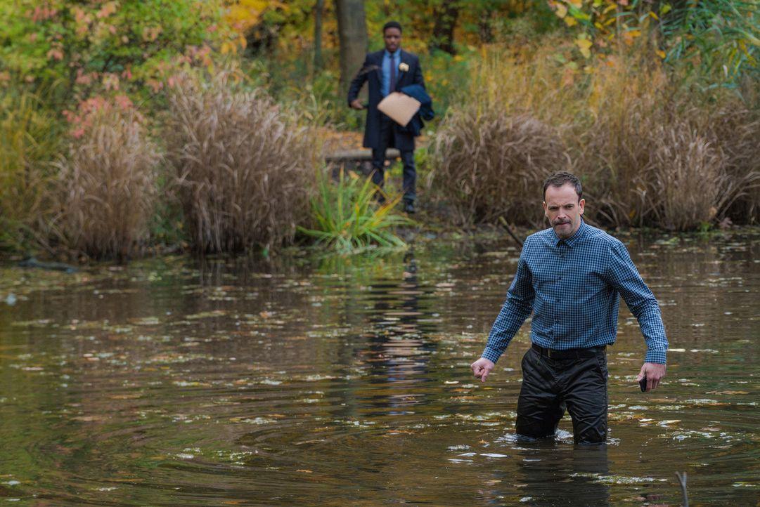 Ein Fluss, der genau zwischen zwei Verwaltungsgebieten verläuft, könnte die Lösung für den neusten Fall von Holmes (Johnny Lee Miller, r.) und Bell... - Bildquelle: Michael Parmelee 2015 CBS Broadcasting Inc. All Rights Reserved.