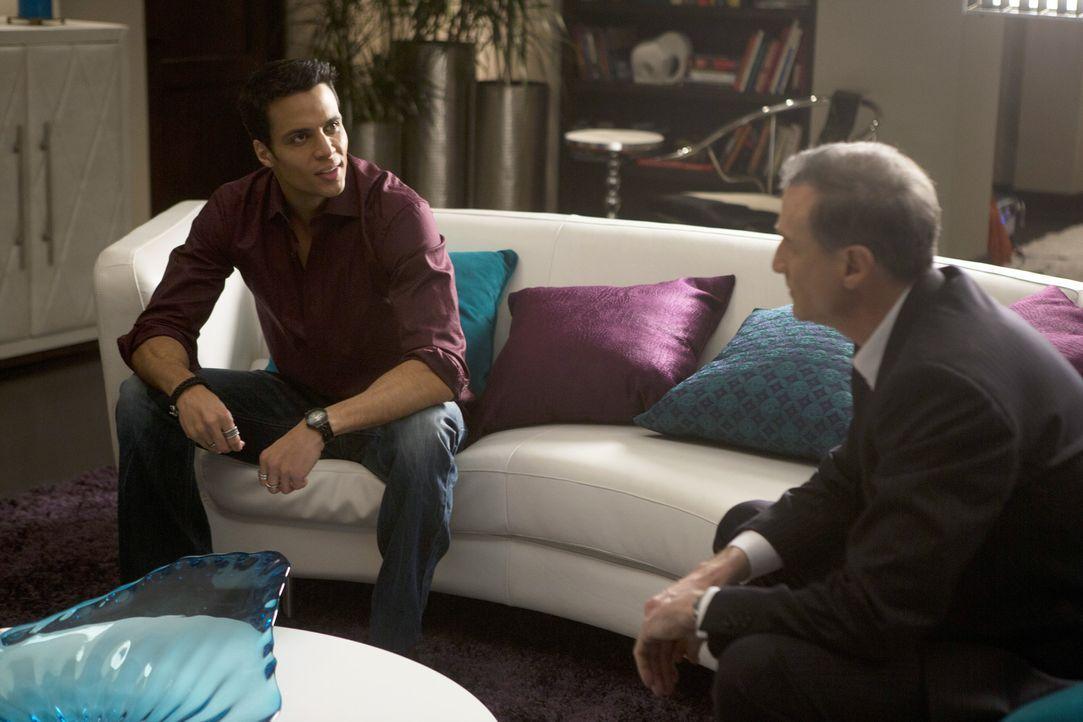 Sein Music Executive (David de Vries, r.) möchte, dass Alejandro (Matt Cedeno, l.) heiratet und da kommt nur Carmen in Frage! Doch wird sie sich dar... - Bildquelle: ABC Studios
