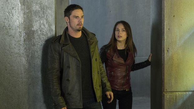 Vincent (Jay Ryan, l.) und Cat (Kristin Kreuk, r.) sind noch immer auf der Su...