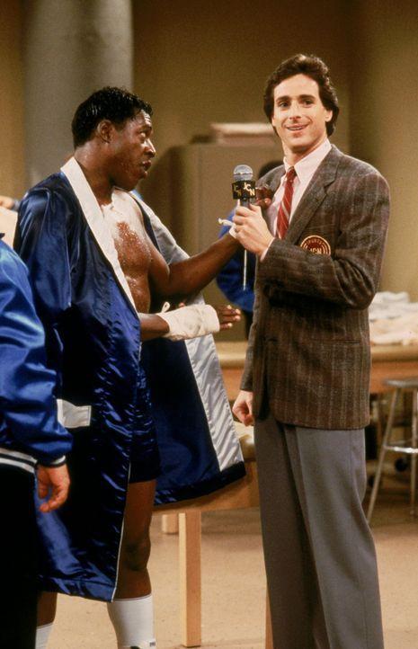 """Als Fernsehjournalist trifft Danny (Bob Saget, r.) immer wieder spannende Menschen: Reggie """"The Sandman"""" Martin (Ernie Hudson, l.) ... - Bildquelle: Warner Brothers Inc."""