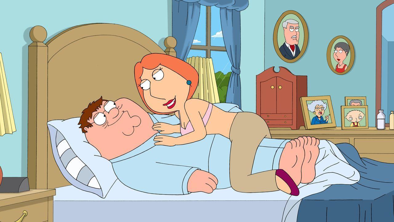 Traum oder Albtraum: Peter (l.) hat durch eine Erkältung eine extrem raue Stimme, die Lois (r.) unglaublich anmacht, sodass sie permanent Sex  von i... - Bildquelle: 2013 Twentieth Century Fox Film Corporation. All rights reserved.
