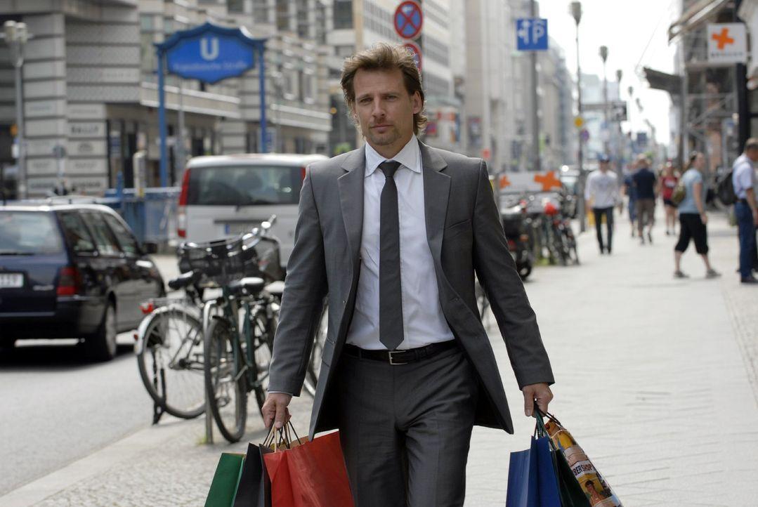 Der coole Anwalt Alex Degen (René Steinke) ist durch und durch auf Erfolg getrimmt. Den Schampus, den schicken Sportwagen, sexy Damenbegleitung und... - Bildquelle: Christoph Assmann Sat.1