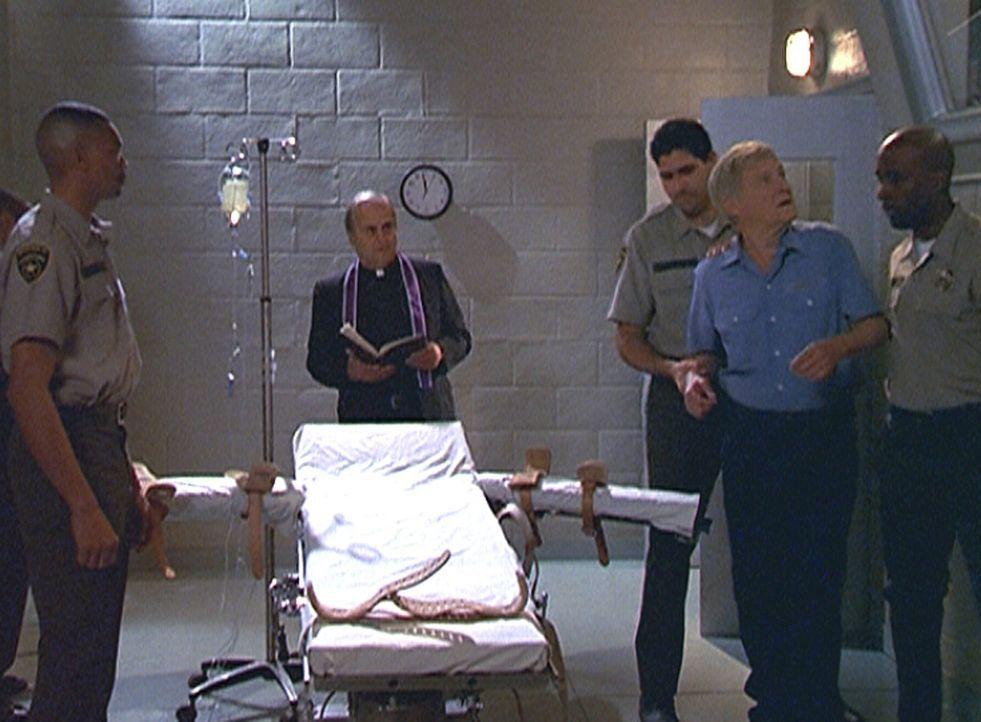 Der mutmaßliche Bombenleger Lewis Sweeney (Orson Bean, 2.v.r.), der nach wie vor seine Unschuld beteuert, steht kurz vor seiner Hinrichtung. - Bildquelle: Viacom