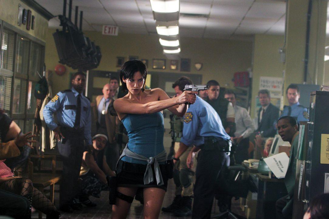 Als ehemalige Angehörige der Umbrella Corporation-Spezialeinheit S.T.A.R.S. weiß Jill (Sienna Guillory), dass ihrer Heimatstadt ein gnadenloses Sc... - Bildquelle: Constantin Film