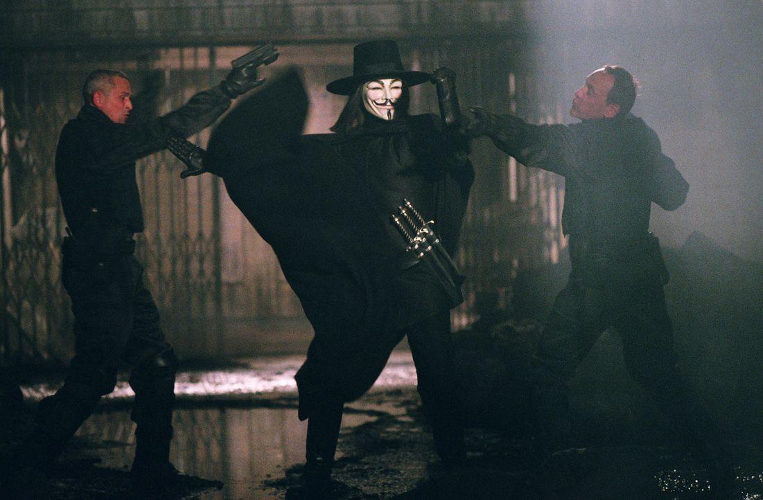 Vendetta (Hugo Weaving, M.) befindet sich in einem ständigen Kampf gegen das autoritäre Regime Großbritanniens ... - Bildquelle: Warner Bros. Pictures