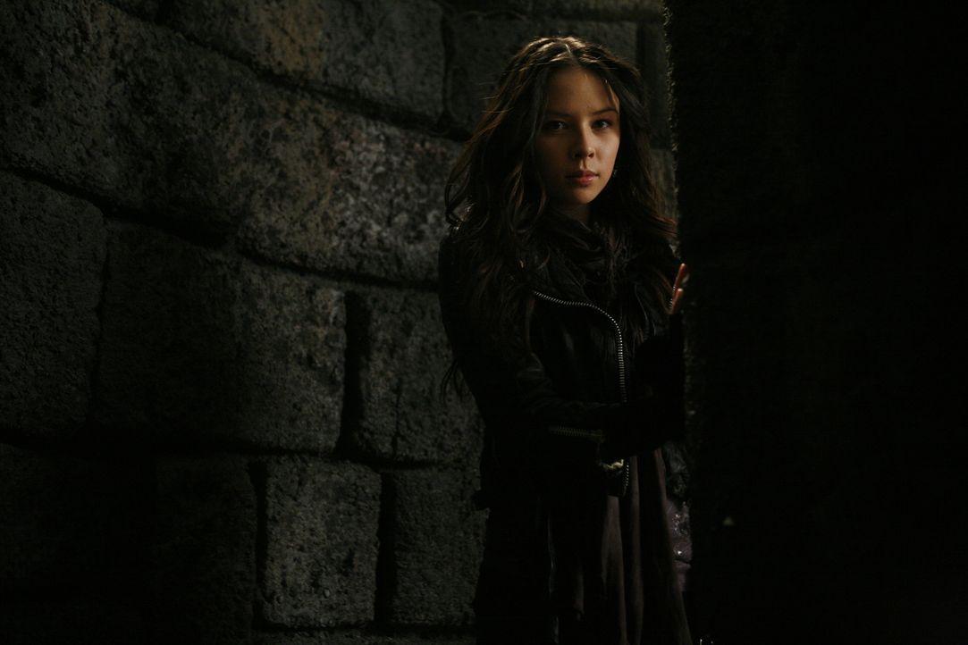 Anna (Malese Jow) ist am Ziel angelangt - die Gruft ist geöffnet und die Vampire frei ... - Bildquelle: Warner Bros. Television