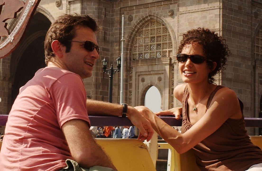 Ein Bild aus glücklichen Tagen: Daniel (Dan Futterman, l.) und seine Frau Mariane Pearl (Angelina Jolie, r.) - Bildquelle: 2012 BY PARAMOUNT VANTAGE, A DIVISION OF PARAMOUNT PICTURES. ALL RIGHTS RESERVED