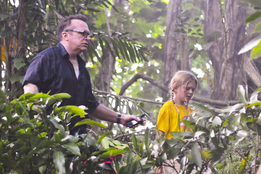 Ein Ausflug der Aloha Girls gerät zu einem Spiel um Leben und Tod, als ein bewaffneter Mann (Tom Arnold, l.) um sich schießt und anschließend Ale... - Bildquelle: 2012 CBS Broadcasting, Inc. All Rights Reserved.