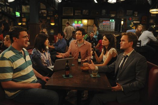 How I Met Your Mother - Versuchen Robin (Cobie Smulders, 2.v.r.) ein Geheimni...