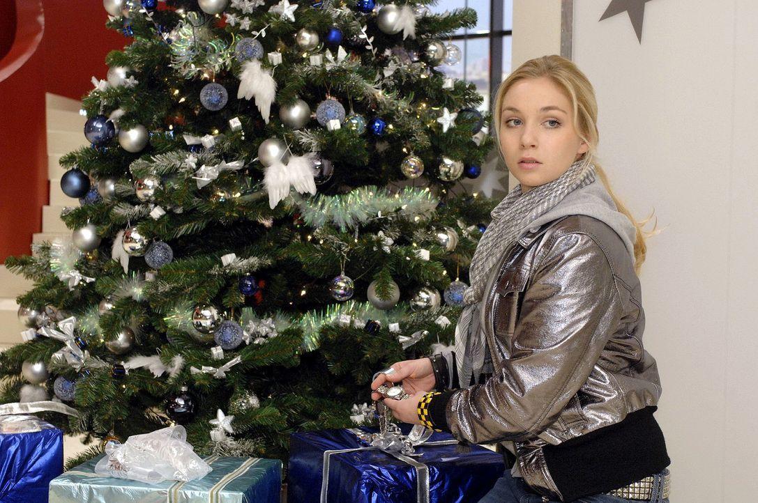 Keiner bemerkt, wie Lily (Jil Funke) sich am Weihnachtsbaum zu schaffen macht ... - Bildquelle: Oliver Ziebe Sat.1