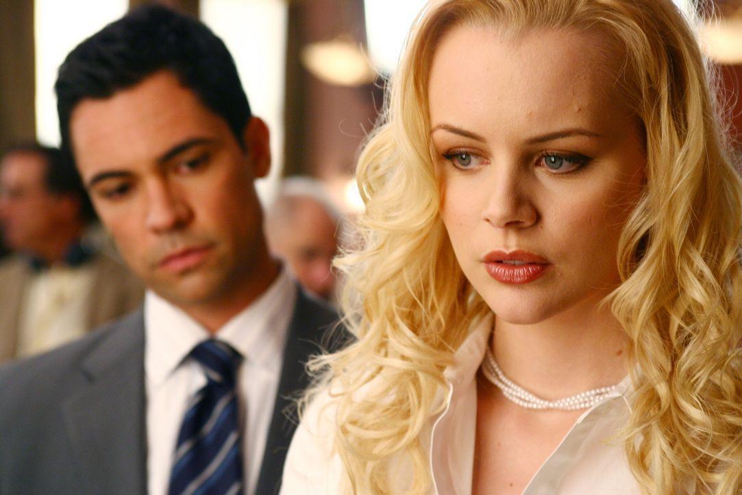 Kann Linda (Brenda Wehle, r.) Det. Scott Valens (Danny Pino, l.) den aktuellen Fall betreffend weiterhelfen? - Bildquelle: Warner Bros. Television