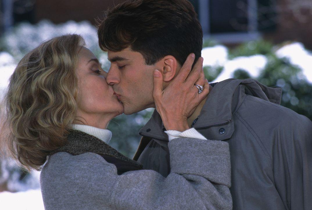 Haben eine sehr enge Beziehung: Martha (Jessica Lange, l.) und ihr Sohn Jackson (Jonathan Schaech, r.) ... - Bildquelle: 1998 TriStar Pictures, Inc. All Rights Reserved.