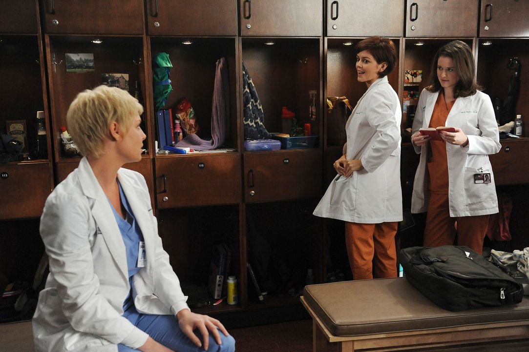 Die Invasion am Seattle Grace Hospital beginnt. Izzie (Katherine Heigl, l.) hat Probleme mit ihren neuen Kollegen Dr. April Kepner (Sarah Drew, r.)... - Bildquelle: Touchstone Television