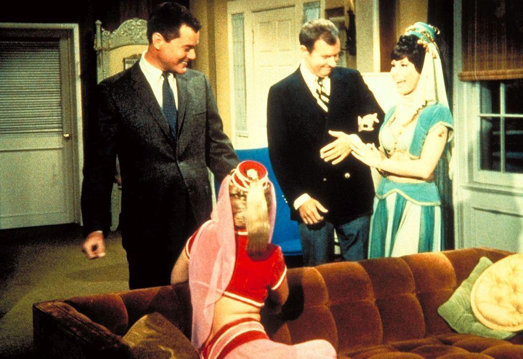 Tony (Larry Hagman, l.) und Jeannie (Barbara Eden, 2.v.l.) bemerken, dass Jeannies böse Schwester etwas Schlimmes mit Roger (Bill Daily, 2.v.r.) vor... - Bildquelle: Columbia Pictures