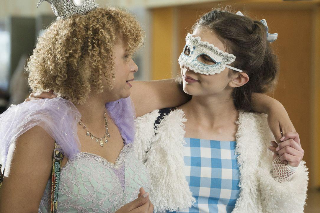 Als Cleo (Rowan Blanchard, r.) unfreiwillig die Identität ihrer Schwester Molly übernehmen muss, kommt es zu einer heiklen Probe. Wird die beste Fre... - Bildquelle: 2015 Disney Enterprises, Inc. All rights reserved.