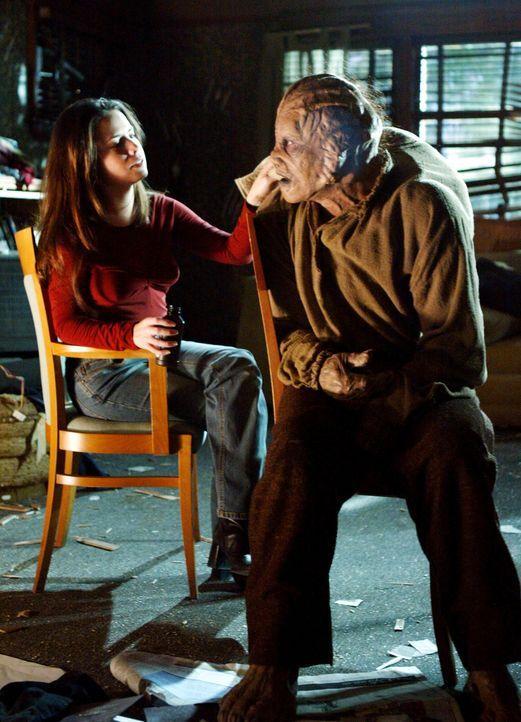 Derek (Seth Peterson, r.) nimmt Piper (Holly Marie Combs, l.) als Geisel um sie später gegen das Baby auszutauschen ... - Bildquelle: Paramount Pictures.