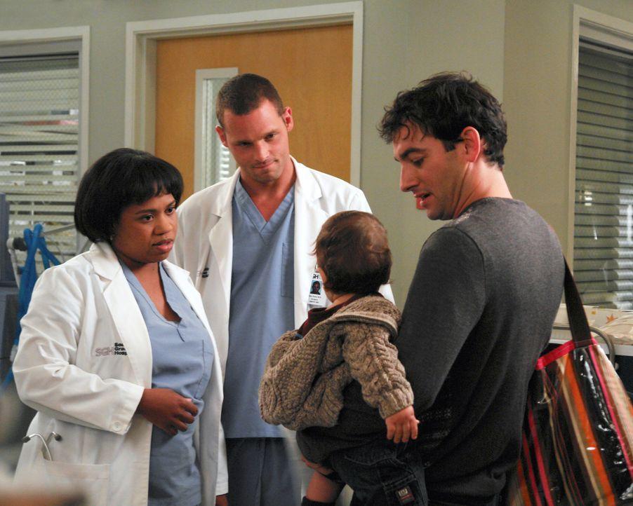Während Izzie ihren Beruf an den Nagel hängen will, kümmern sich Bailey (Chandra Wilson, l.) und Alex (Justin Chambers, 2.v.l.) um den Ehemann (Chri... - Bildquelle: Touchstone Television