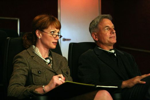 Navy CIS - Shepard (Lauren Holly, l.) und Gibbs (Mark Harmon, r.) beobachten...