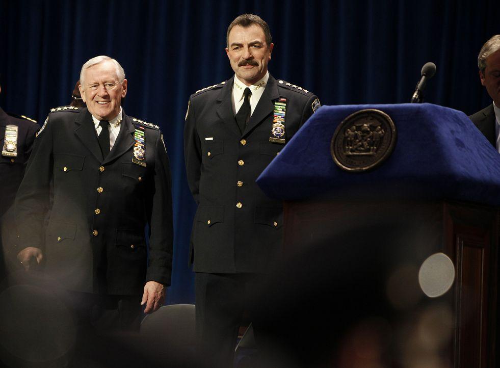 Henry Reagan (Len Cariou, l.) und sein Sohn Frank (Tom Selleck, r.) begrüßen die Polizeineulinge des New York Police Department. - Bildquelle: 2010 CBS Broadcasting Inc. All Rights Reserved