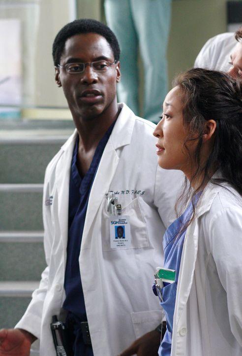 Burke (Isaiah Washington, l.) erfährt von Dr. Colin Marlow, dass er eine länger Beziehung mit Cristina (Sandra Oh, r.) hatte ... - Bildquelle: Touchstone Television