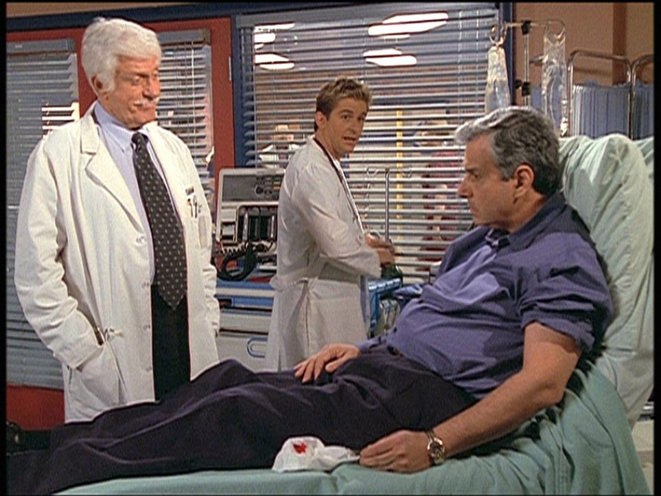 Mark (Dick Van Dyke, l.) und Jesse (Charlie Schlatter, M.) behandeln Saul Singer (Ken Lerner, r.), den berühmten Kandidaten einer Quizsendung, der e... - Bildquelle: Viacom