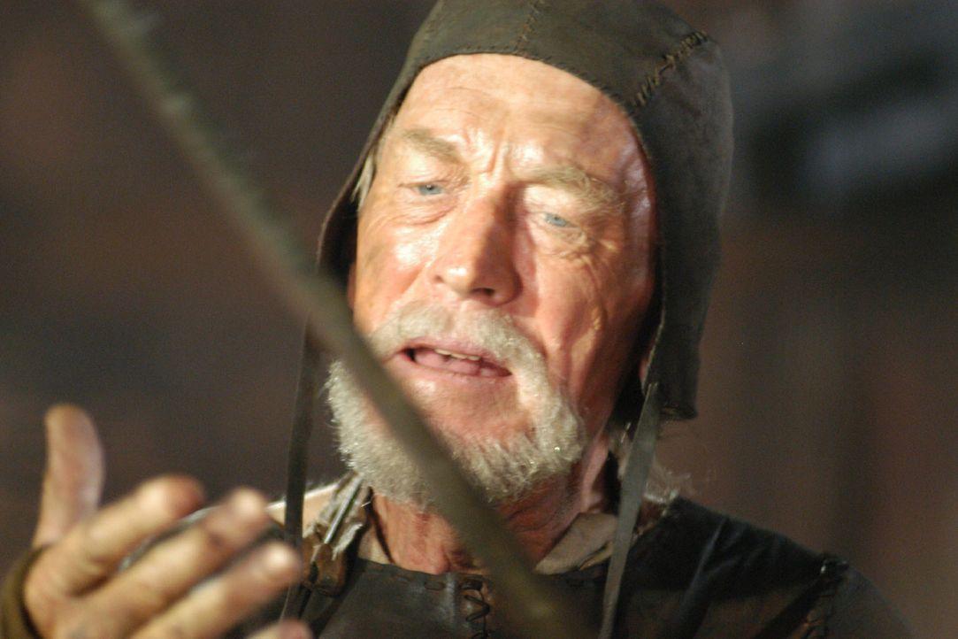 Der Waffenschmied Eyvind (Max von Sydow) prüft das Schwert, das sein Ziehsohn Siegfried aus dem Metall des eingeschlagenen Meteors geschmiedet hat. - Bildquelle: Tandem Communication/VIP Med Sat.1