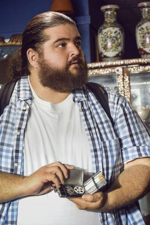 Muss mit dem Tod einer Freundin zurechtkommen: Jerry (Jorge Garcia) ... - Bildquelle: Norman Shapiro 2016 CBS Broadcasting, Inc. All Rights Reserved