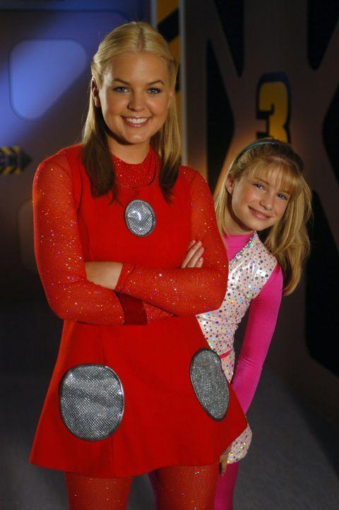 Zenon (Kirsten Storms, l.) ahnt nicht, dass sie einen blinden Passagier an Bord hat: Dasha (Alyson Morgan, r.), die neue Pflegetochter von Commander... - Bildquelle: The Disney Channel