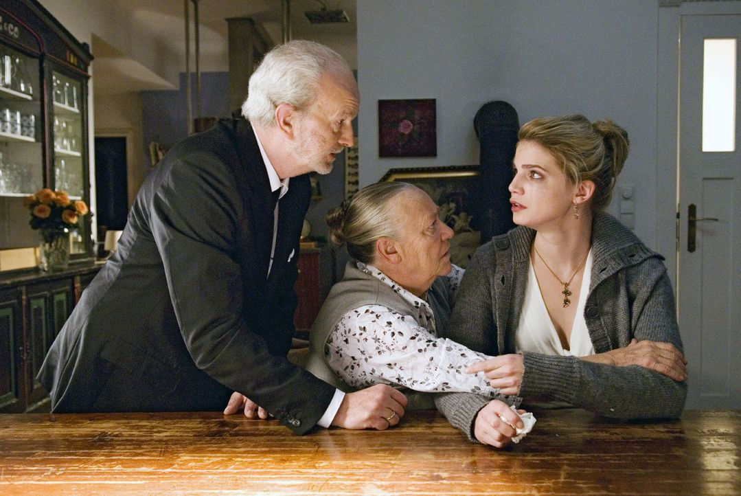 Weder Oma Erica (Barbara Morawiecz, M.) noch Herbert (Michael Gwisdek, l.) können Marie (Rike Schmid, r.) über ihre Enttäuschung hinweghelfen. - Bildquelle: Stephan Rabold Sat.1