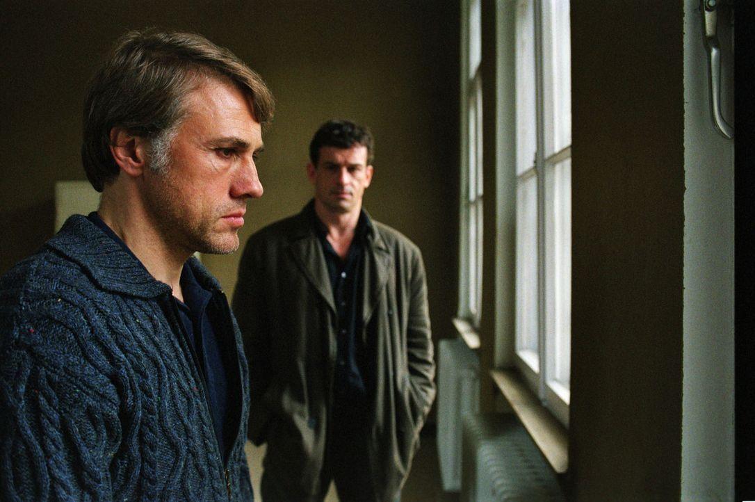 Steiner (Thomas Sarbacher, hinten) besucht Richard Seemann (Christoph Waltz, vorne), der wegen retrograder Amnesie in die geschlossene Psychiatrie e... - Bildquelle: Martin Kurtenbach Sat.1