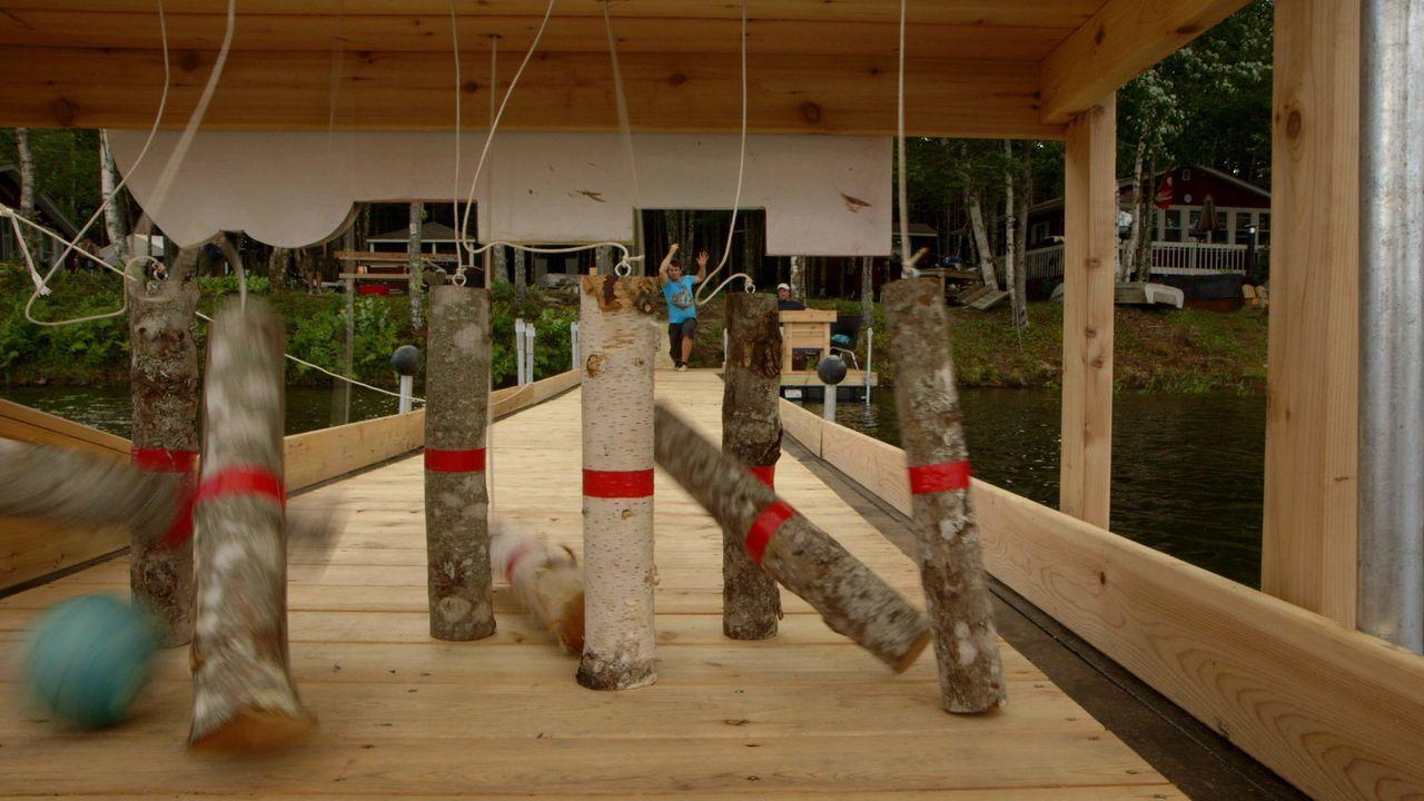 Weil Andrew und Kevin sich nicht entscheiden können, ob sie lieber eine Bowling-Bahn oder einen neuen Steg für ihr Haus bauen wollen, machen sie einfach beides. Die Kombination ergibt dann einen schwimmenden Broject-Bowling-Steg aus Holz ...