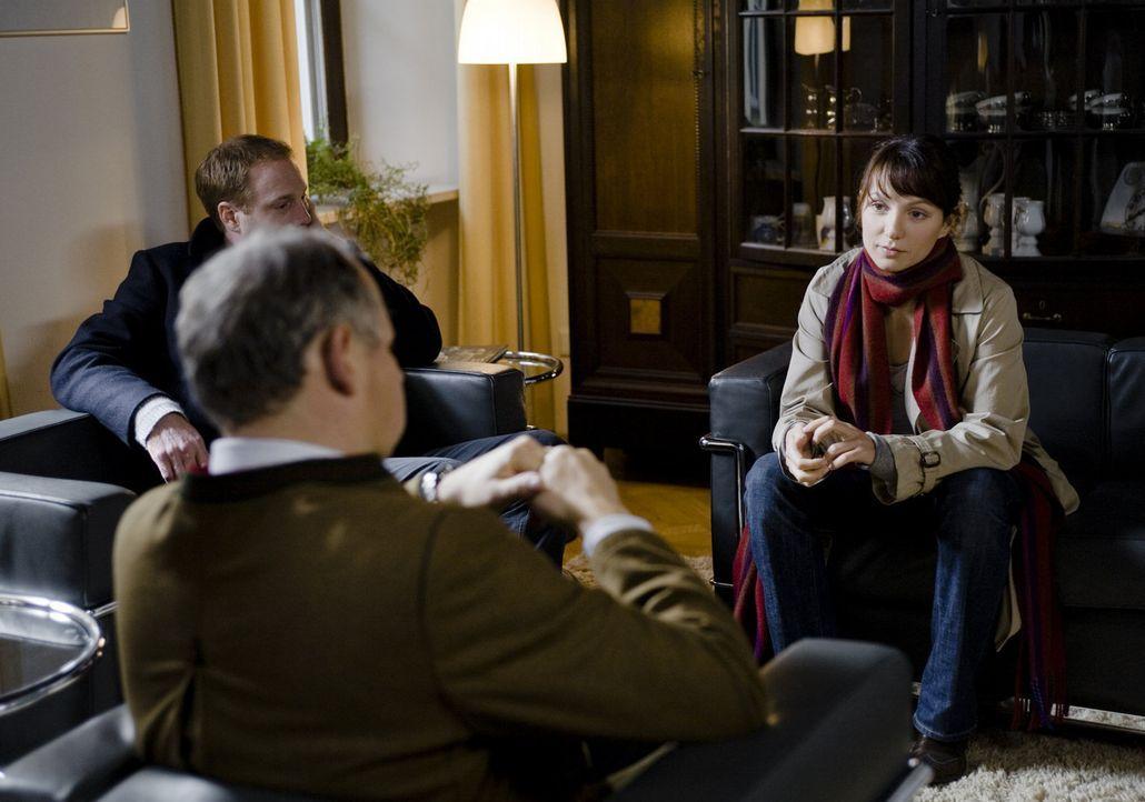 Schon bald kommt Andrea (Julia Koschitz, r.) und ihrem Freund Peter (Johann von Bülow, l.), der ein anerkannter Architekt ist, der Verdacht, dass be... - Bildquelle: SAT.1