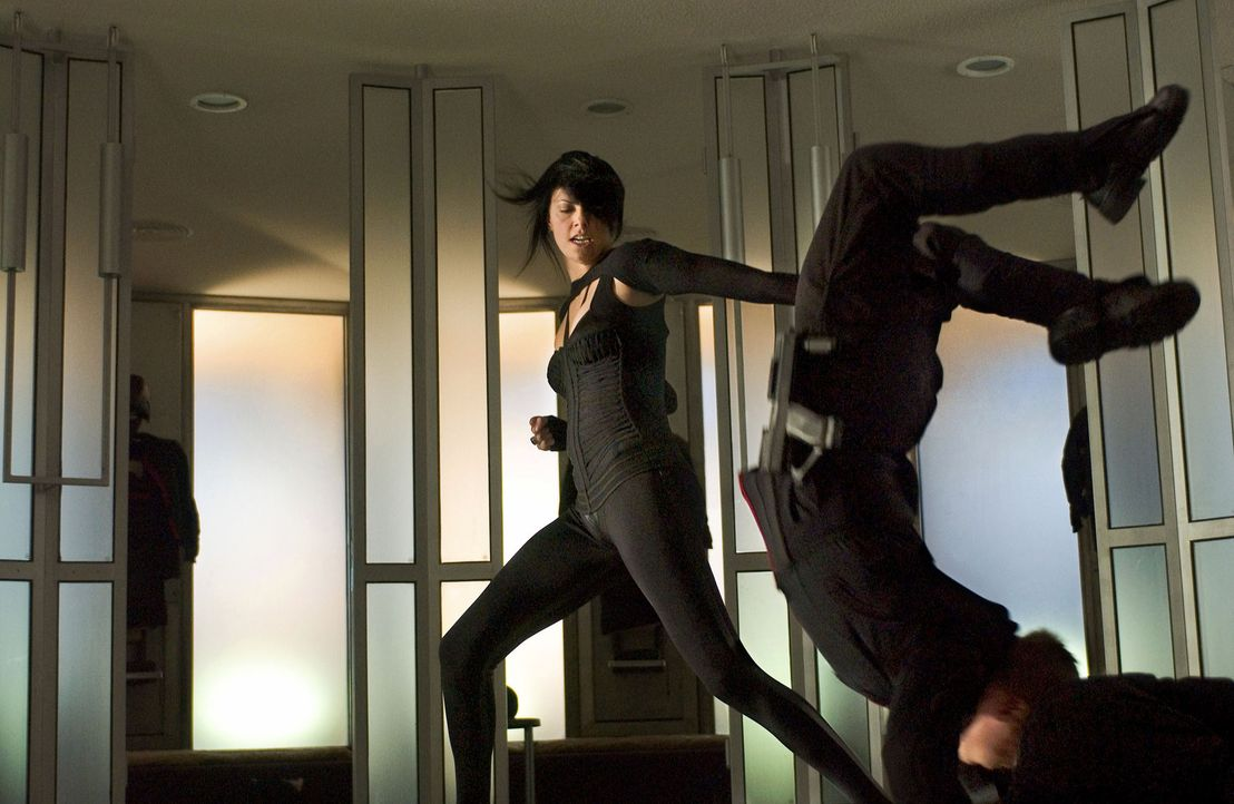 Endlich bekommt sie den Auftrag, auf den sie ihr ganzes Leben gewartet hat - die Ermordung des Alleinherrschers Trevor Goodchild: Agentin Aeon Flux... - Bildquelle: 2004 by PARAMOUNT PICTURES. All Rights Reserved.