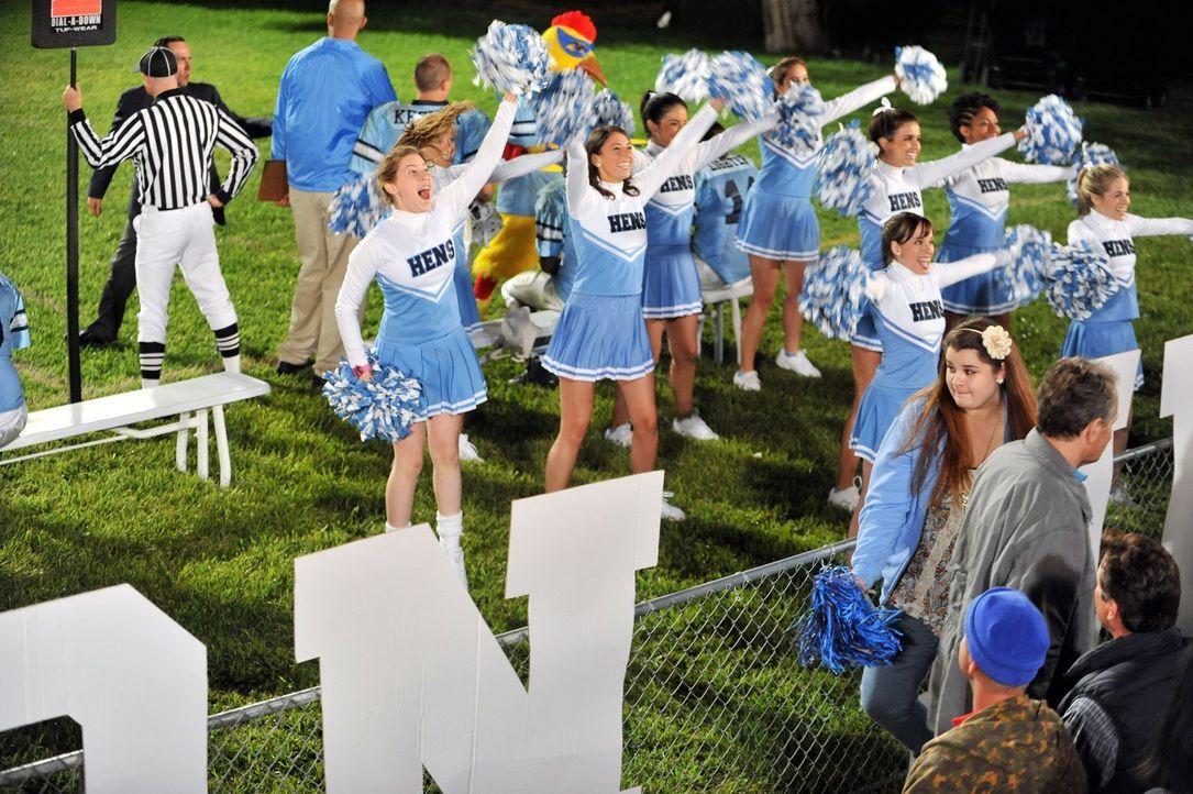 Nachdem Sue (Eden Sher, l.) durch ein Missverständnis ins Cheerleader-Team aufgenommen wurde, setzt sie alles daran, um ihren Platz zu behalten und... - Bildquelle: Warner Brothers