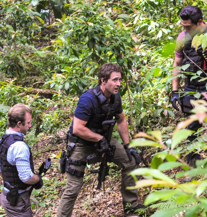 Ein neuer Fall wartet auf Steve (Alex O'Loughlin, M.), Danny (Scott Caan, l.) und Chin (Daniel Dae Kim, r.) ... - Bildquelle: 2013 CBS Broadcasting, Inc. All Rights Reserved.