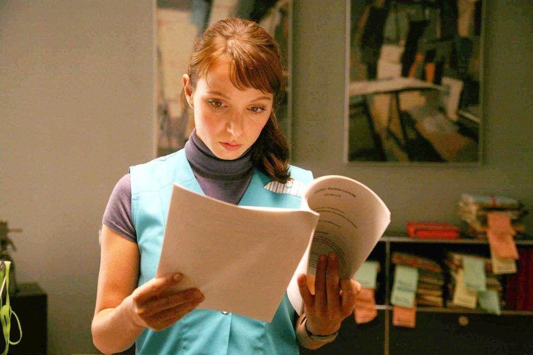 Als Putzfrau muss Anwältin Maja (Julia Koschitz) in ihrer Kanzlei nach Beweisen für ihre Unschuld suchen - und stößt auf Unterlagen, die auf ein... - Bildquelle: Volker Roloff ProSieben