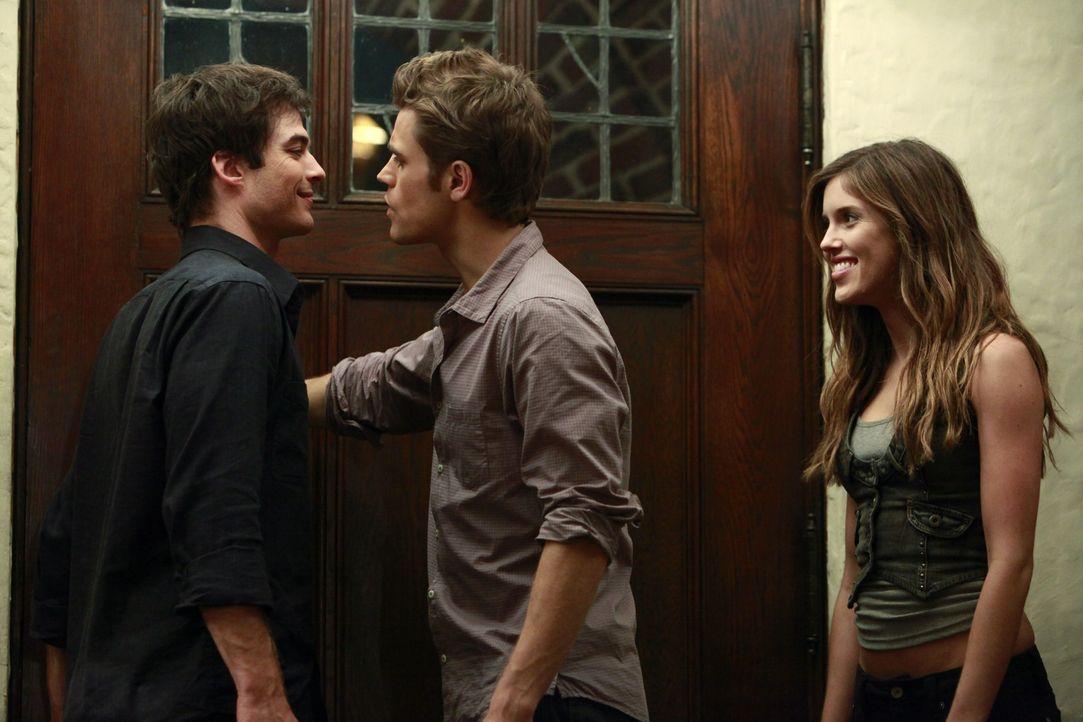 Damon (Ian Somerhalder, l.) versucht Vicki (Kayla Ewell, r.) immer wieder dazu zu verleiten, Menschenblut zu sich zu nehmen. Stefan (Paul Wesley, M.... - Bildquelle: Warner Brothers