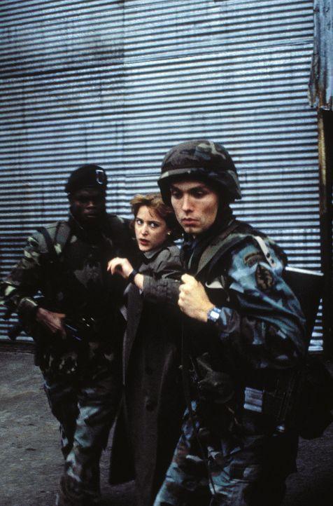 Die FBI-Agentin wird abgeführt: Dana (Gillian Anderson, M.) hat alles versucht, um ihren Kollegen das Leben zu retten ... - Bildquelle: TM +   Twentieth Century Fox Film Corporation. All Rights Reserved.