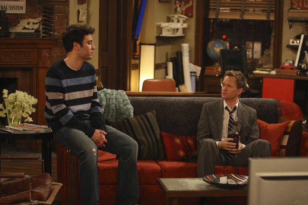 Als Robin von Don gefragt wird, ob sie zu ihm ziehen will, hält Robin es an der Zeit, dass Ted (Josh Radnor, l.) und Barney (Neil Patrick Harris, r... - Bildquelle: 20th Century Fox International Television