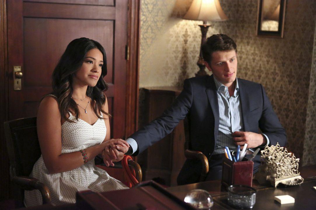 Jane (Gina Rodriguez, l.) fühlt sich schuldig, dass sich auch Gefühle für Rafael hat. Doch welche Auswirkungen wird das auf die geplante Hochzeit mi... - Bildquelle: 2014 The CW Network, LLC. All rights reserved.