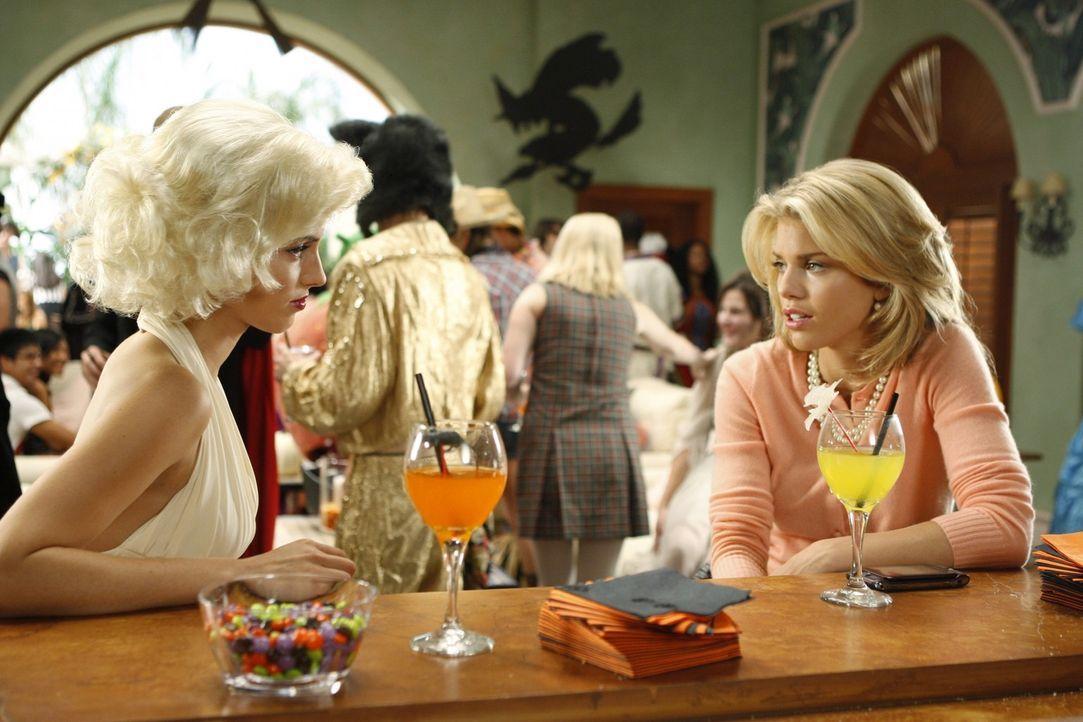 Wird Halloween auch Adriannas (Jessica Lowndes, l.) und Naomis (AnnaLynne McCord, r.) Leben verändern? - Bildquelle: TM &   CBS Studios Inc. All Rights Reserved